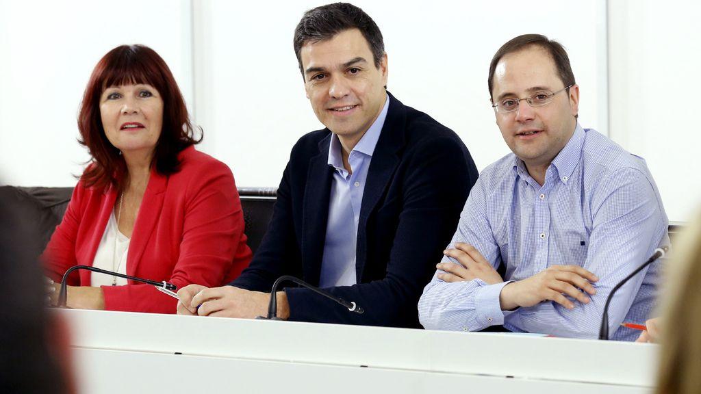 Pedro Sánchez, líder del PSOE, junto al secretario de Organización y Acción electoral, César Luena (d), y la presidenta del partido, Micaela Navarro