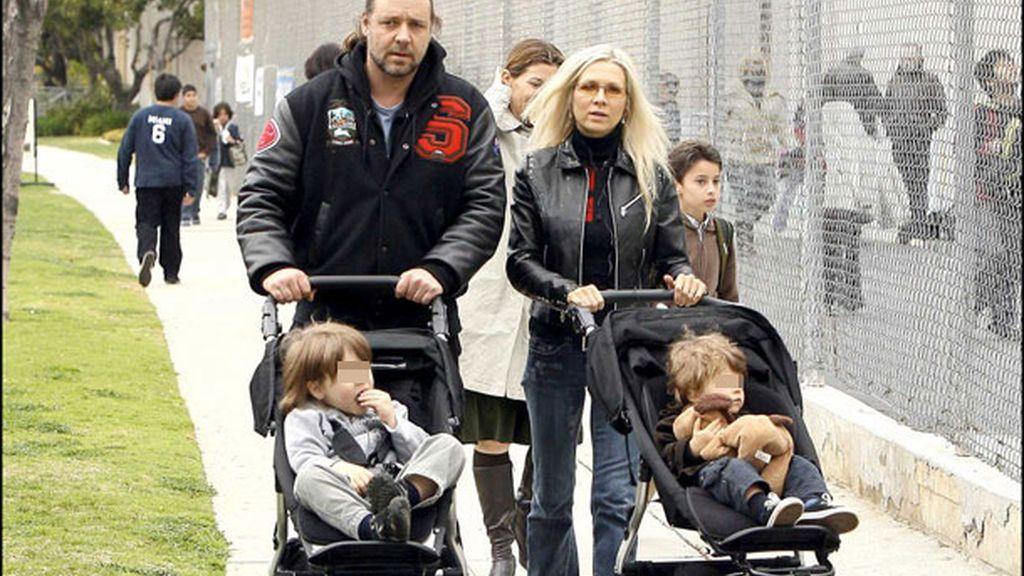 La pareja pasea con sus hijos, Tennyson y Charles, en esta foto de 2008