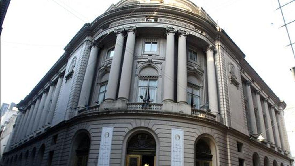 Vista exterior del edificio de la Bolsa de Comercio de Buenos Aires, que este viernes cerró en su índice Merval con una bajada del 0,99%, hasta los 1.638,10 puntos, con lo que registró esta semana un avance del 3,2%. EFE/Archivo