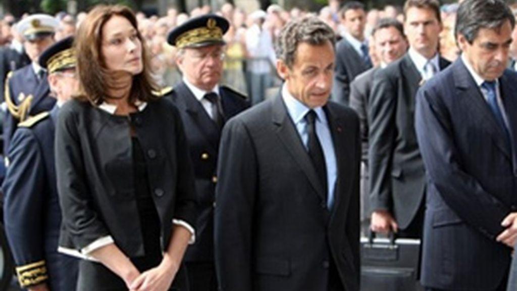 El presidente de Francia, Nicolas Sarkozy, junto a su esposa Carla Bruni han acudido a la ceremonia. Video: ATLAS.