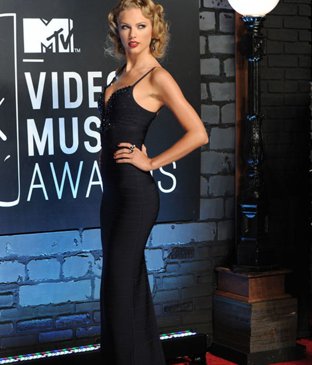 Taylor Swift lució figura con un ajustado vestido negro
