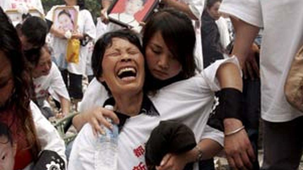 Familiares y amigos lloran la muerte de los niños de una escuela de Dujiangyan (China) que quedó reducida a escombros en el terremoto que el pasado 12 de mayo asoló la provincia de Sichuan. Foto: EFE