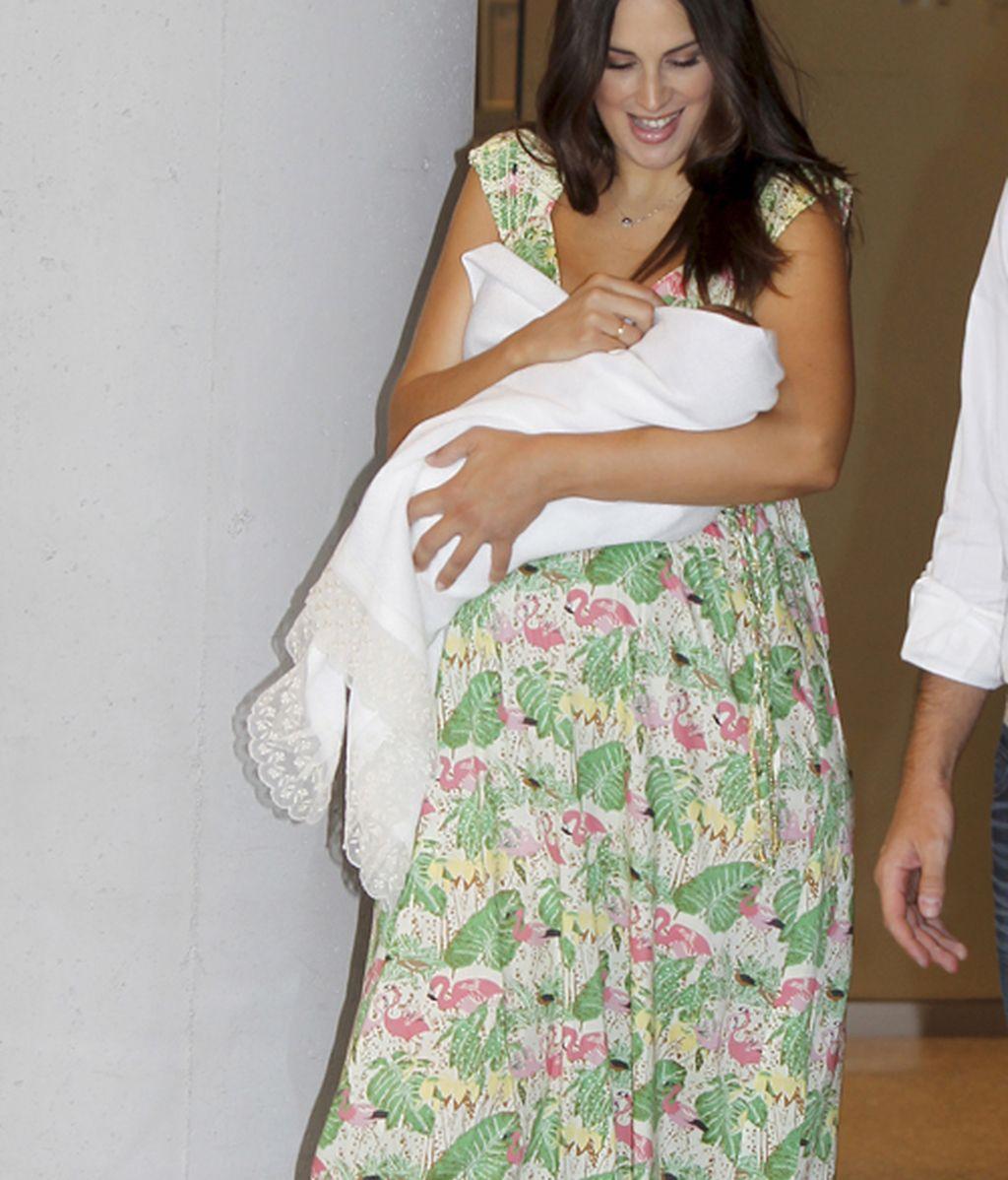 Nuria Fergó sale del hospital con Martina en brazos