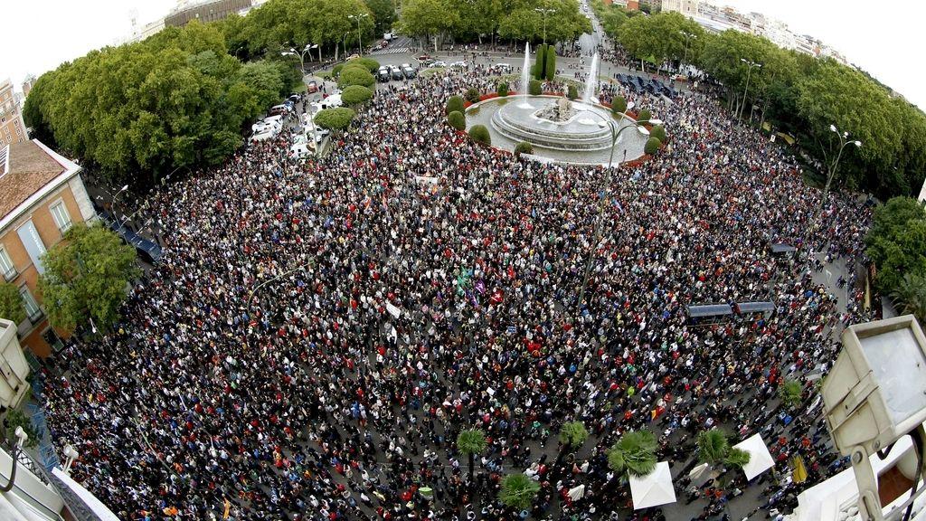 Miles de personas se concentran en Neptuno para rodear el Congreso. Foto: EFE.