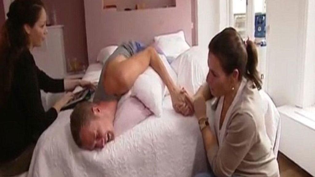 Dos hombres experimentan los dolores del parto y lo dejan a las dos horas