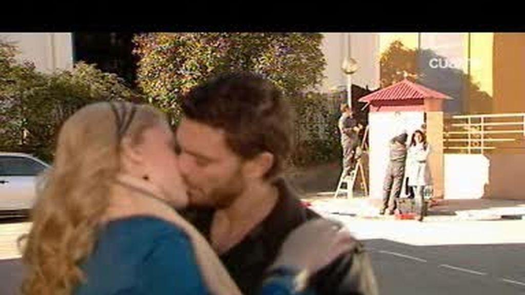 """Juana y Leo desatan su """"amor""""""""delante de Alba"""