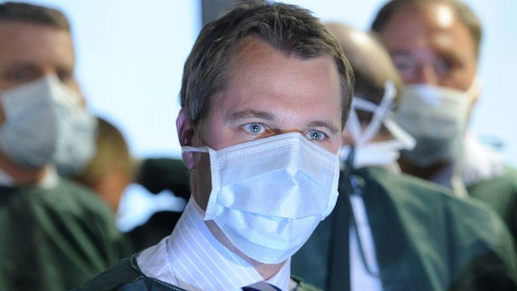 El ministro de Sanida alemán, Daniel Bahr, se protege con una máscara en Hamburgo.
