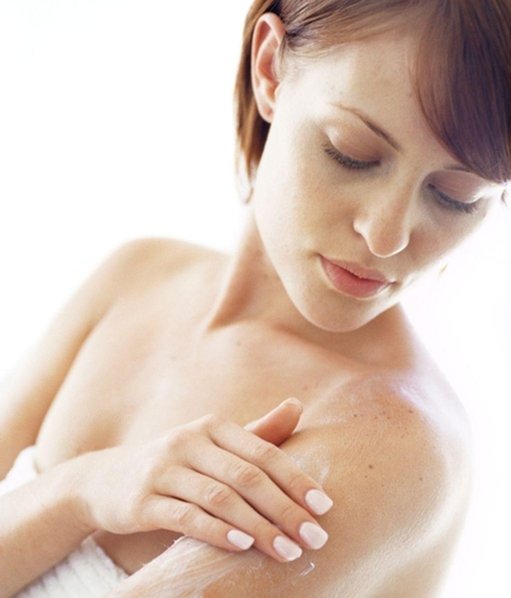 Mujer echándose crema