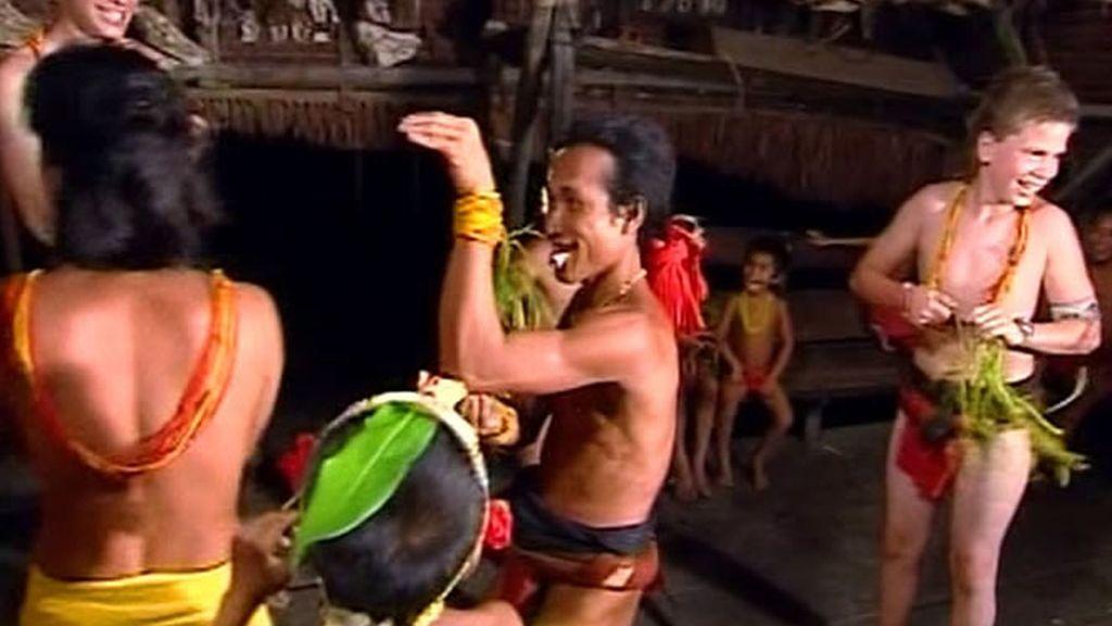 El menor de la familia Recuero-Oliva decide que tiene mucho que enseñar a los mentawai sobre bailes occidentales