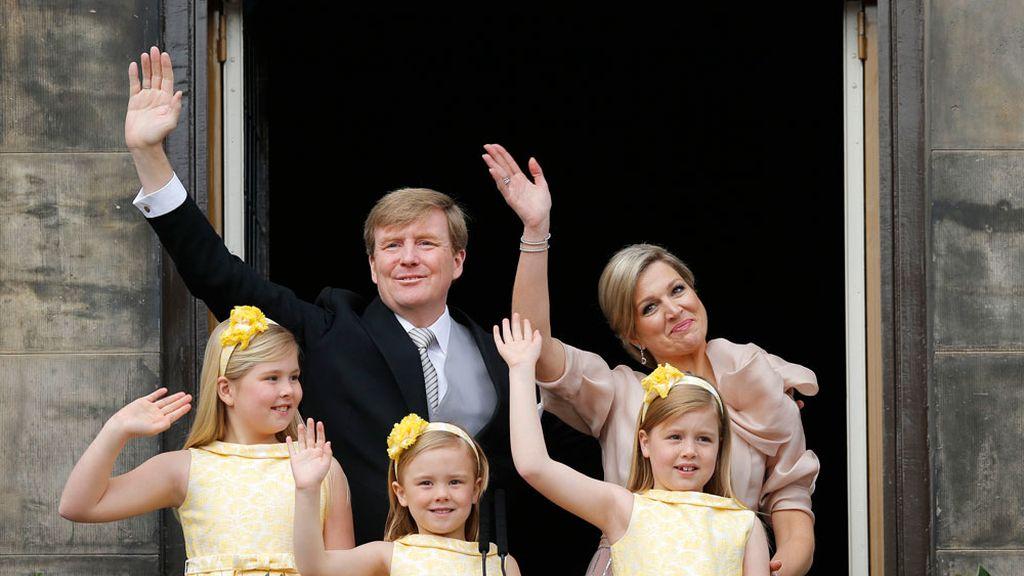 Los reyes saludan a los holandeses con sus hijas