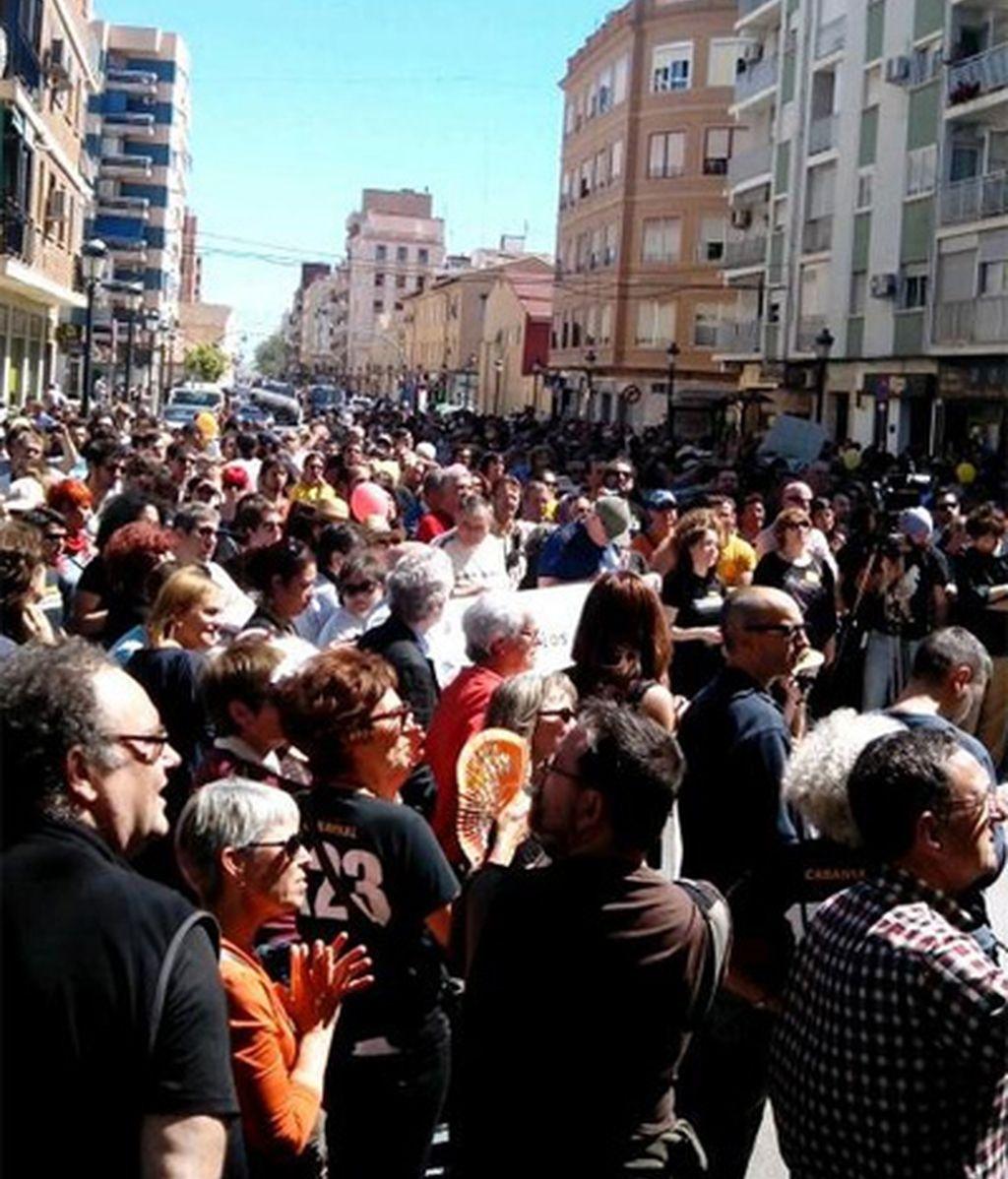 Una multitudinaria manifestación en el Cabanyal pide un plan de futuro para el barrio