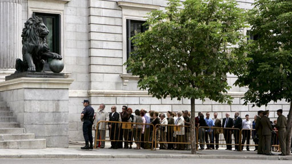 Largas colas a la entrada del Congreso para el último adiós a Calvo Sotelo
