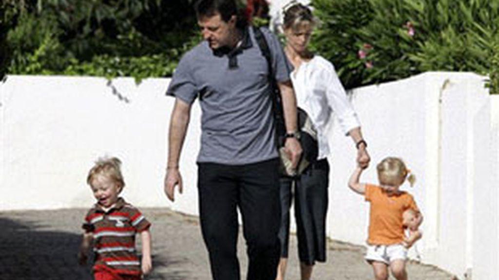 Imagen de archivo de los padre de Madeleine junto a sus gemelos Sean y Amelie.