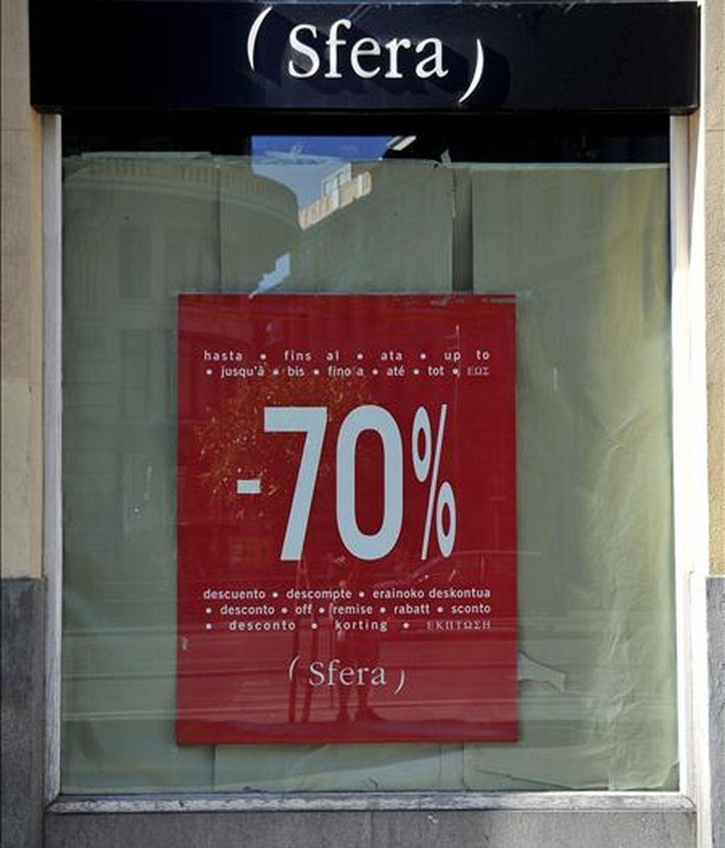 Detalle de un escaparate de la tienda de ropa de la marca Sfera con cartel de gran descuento de rebajas, en la madrileña calle Preciados. EFE/Archivo