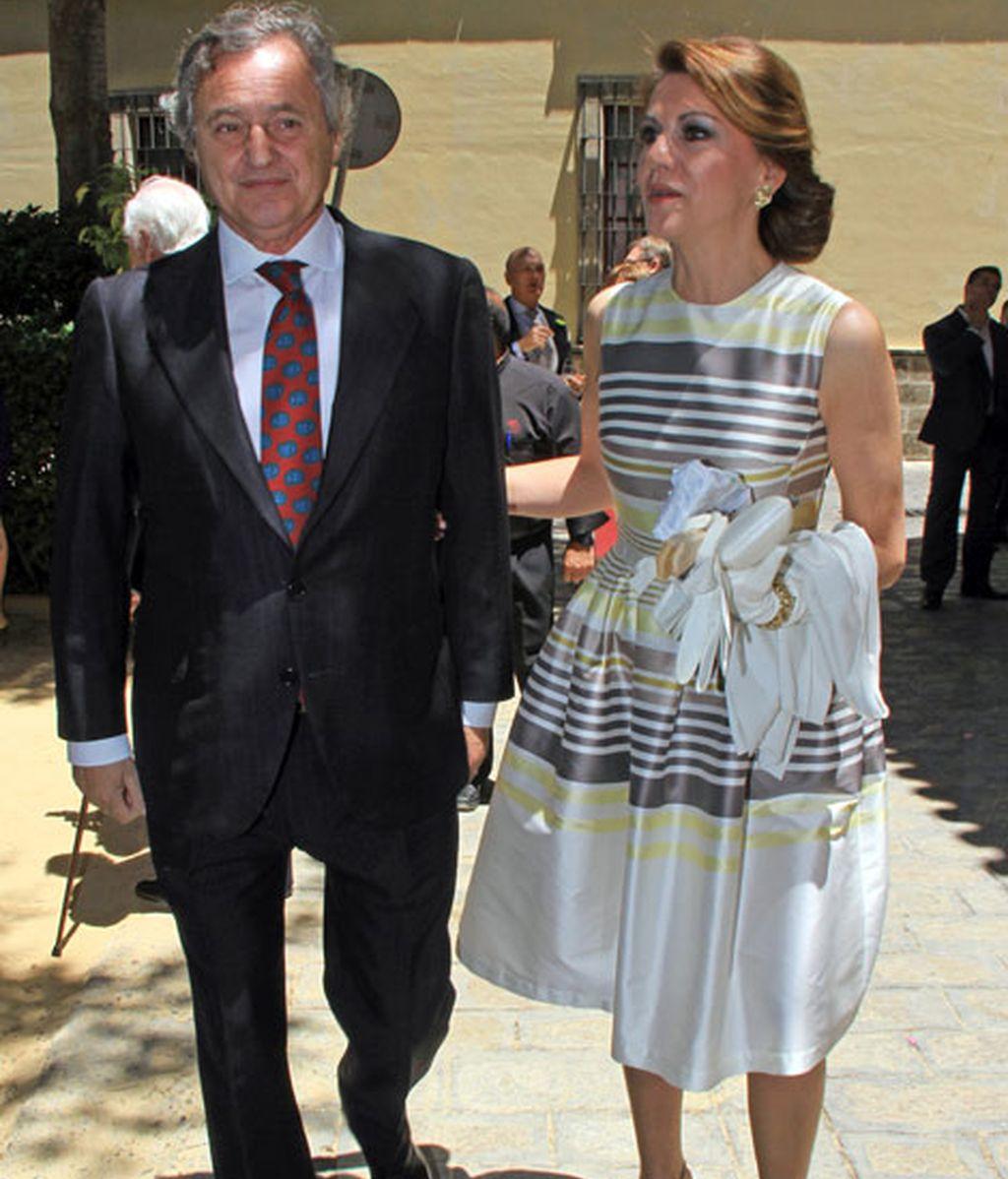 María Dolores de Cospedal eligió un vestido de rayas y un recogido