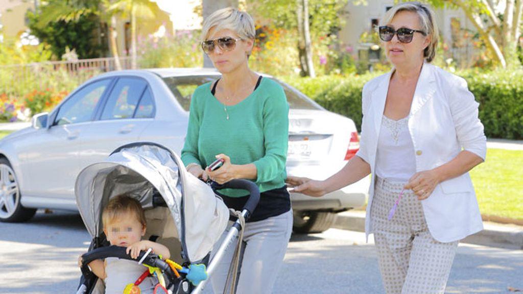 Elsa Pataky y su madre eligieron un look casual para pasear por Beverly Hills