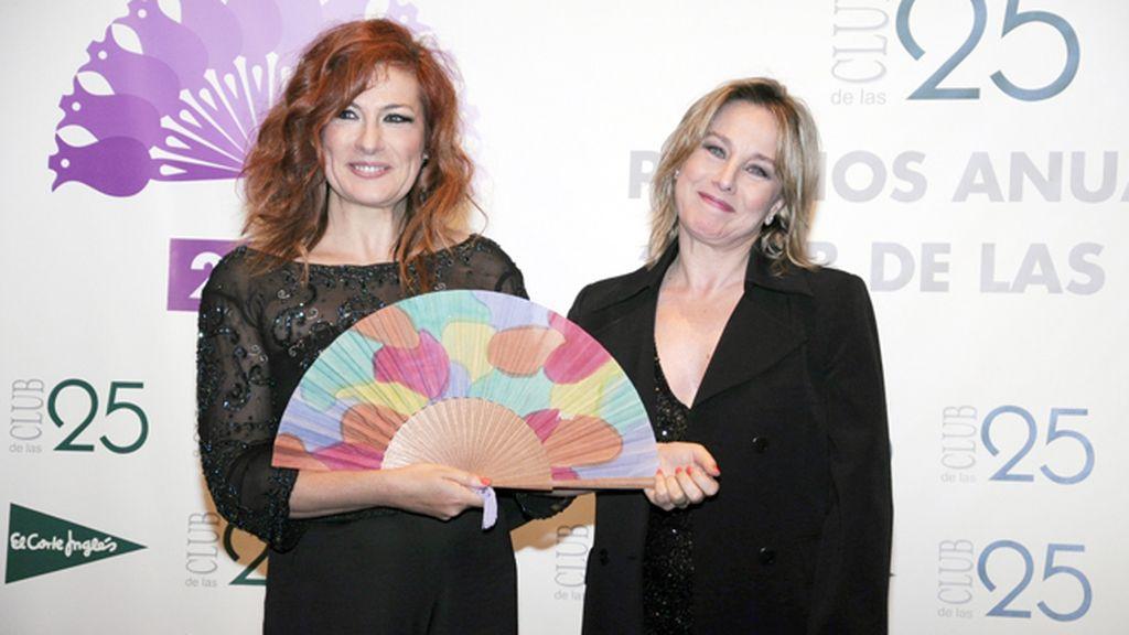 La soprano Pilar Jurado recibió su premio de manos de la actriz Natalia Dicenta