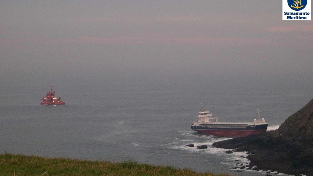 Un buque de Reino Unido se queda varado frente a la playa de Xagó (Asturias)