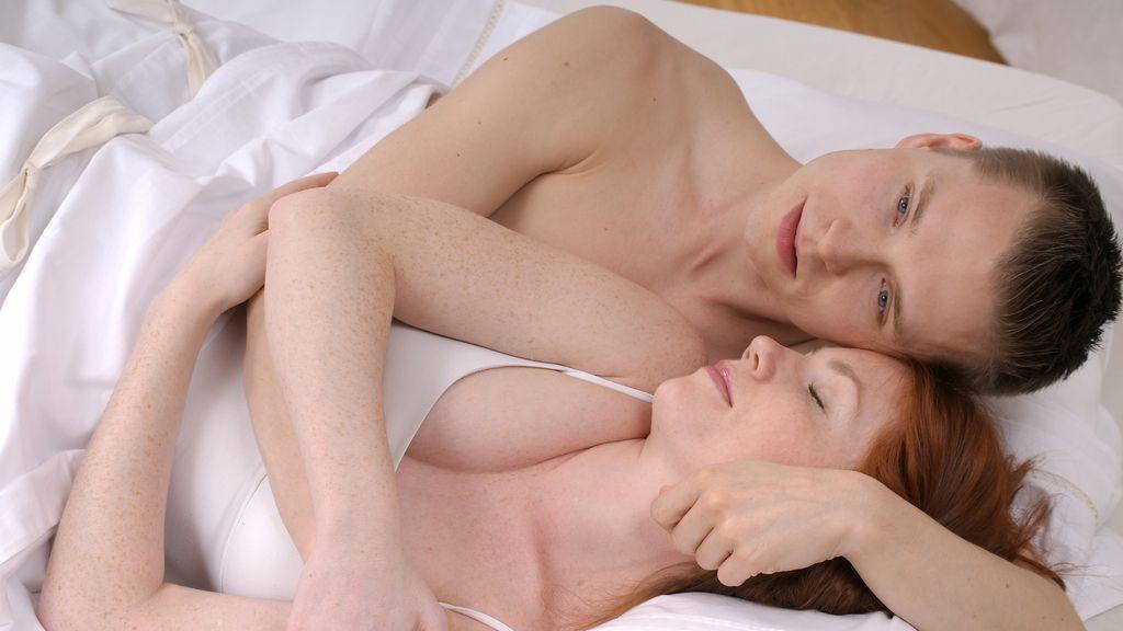 Hombre y mujer en una cama