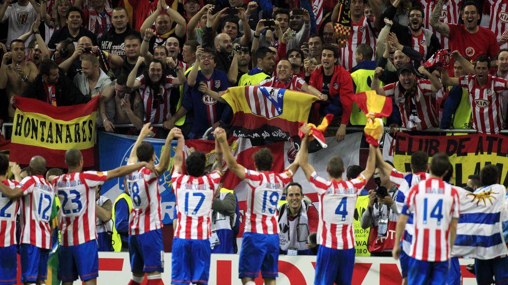 Los jugadores del Atlético de Madrid celebran el triunfo con los aficionados que se han desplazado hasta el Estadio Nacional de Bucarest