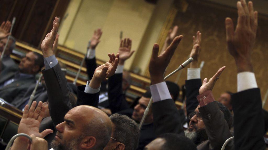 Miembros del Consejo de la Shura egipcio votan en la cámara alta