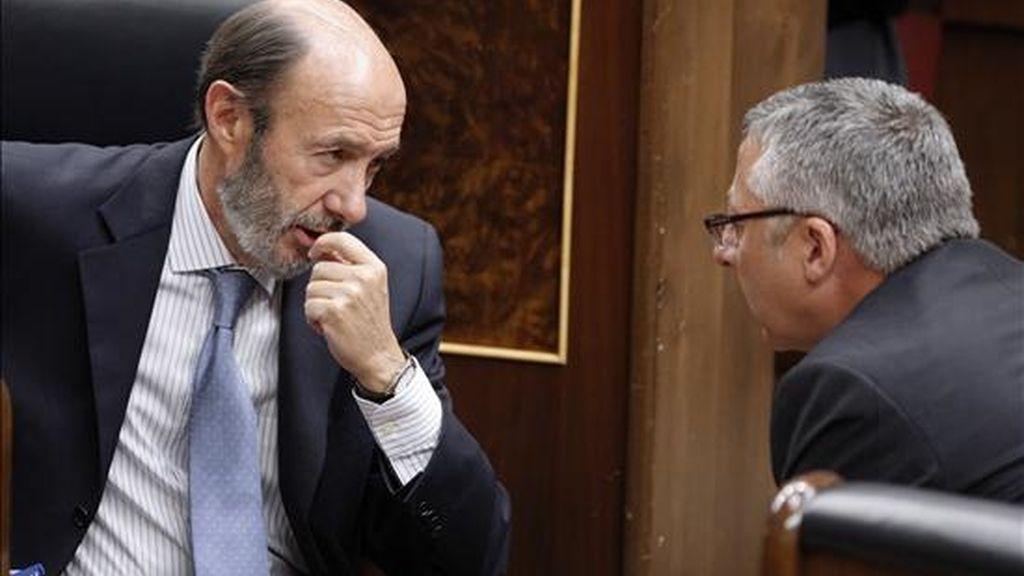 El ministro del Interior, Alfredo Pérez Rubalcaba (i), conversa con el ministro de Fomento, José Blanco (d), durante la sesión de control al Gobierno que se celebra hoy en el Congreso. EFE