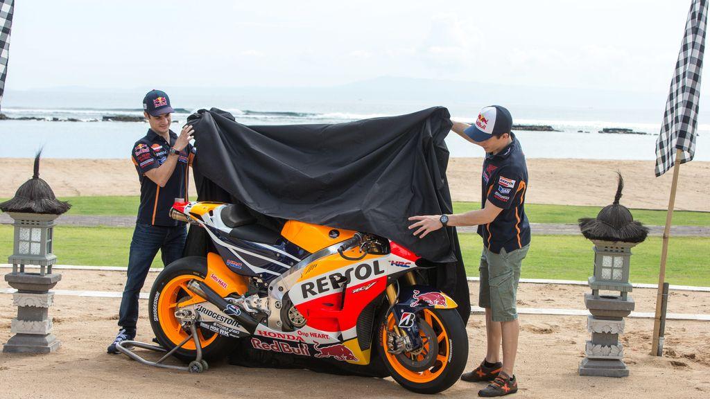Márquez y Pedrosa presentan su nueva moto para 2015