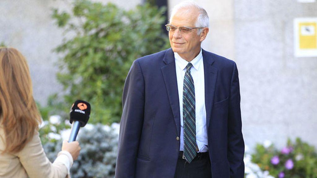 Josep Borrell acude a dar el pésame a la familia de Miguel Boyer