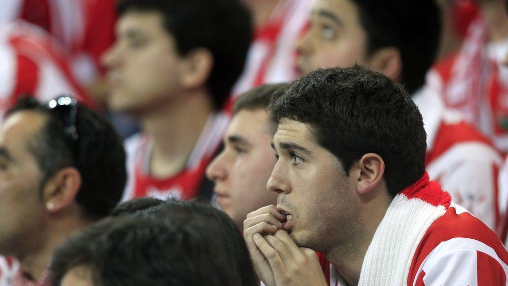 Caras de circunstancia en los aficionados del Athletic quienes ven como el sueño se escapa