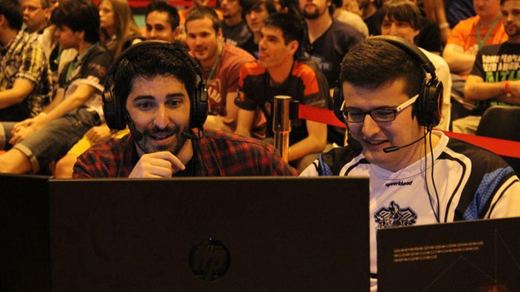 Manuel 'Arthasere' Febrer y Fernando 'Typhux' González, comentaristas de StarCraft2