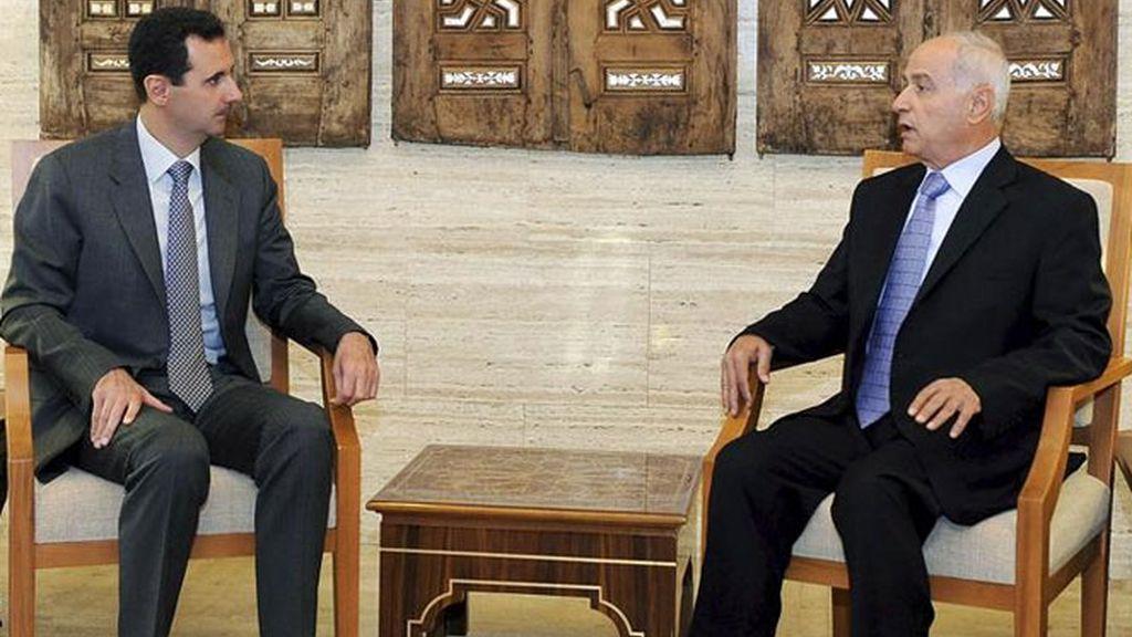 Bachar al Asad, charlando con el nuevo gobernador en la provincia de Homs