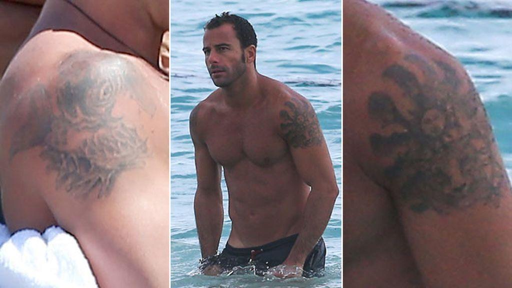 Tatuajes en ambos hombros