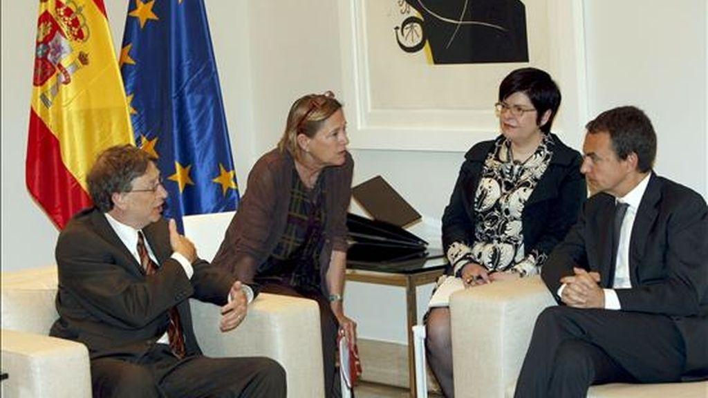 El presidente del Gobierno, José Luis Rodríguez Zapatero (d), charla con Bill Gates, fundador de Microsoft y presidente de la Fundación Bill y Melinda Gates, durante la reunión que mantuvieron hoy en el Palacio de la Moncloa. EFE