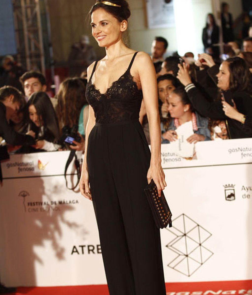 Elena Anaya con un jumpsuit lencero en negro