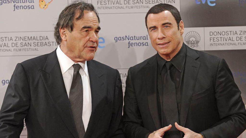 Stone y Travolta posaron juntos en el photocall