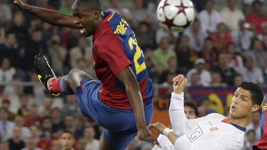 Touré y Cristiano Ronaldo pelean por el control del balón