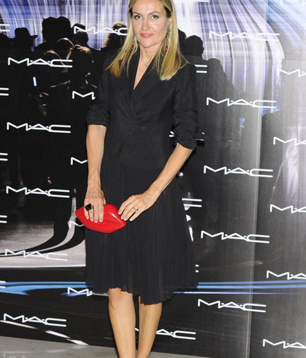 Clara Courel, 'total black' con bolso de mano de labios rojos