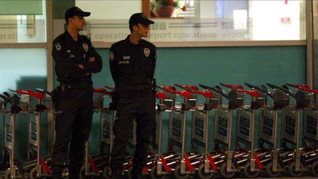 Foto de archivo policías en el aeropuerto de Estambúl