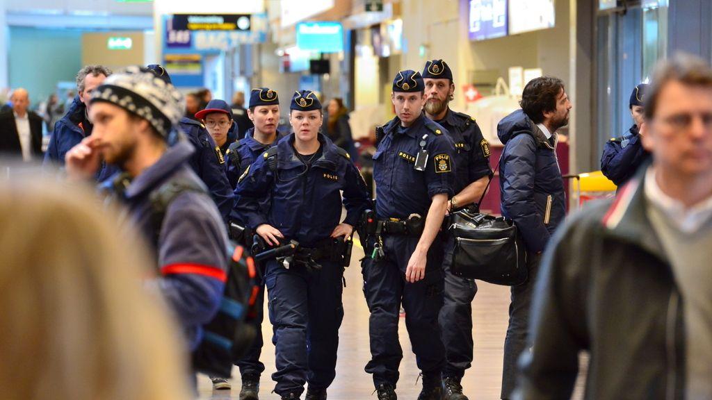 Miembros de la policía sueca vigilan el aeropuerto de Arlanda