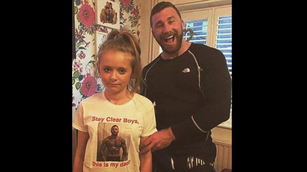 Luce musculatura en la foto de la camiseta de su hija para alejar a los chicos de su camino