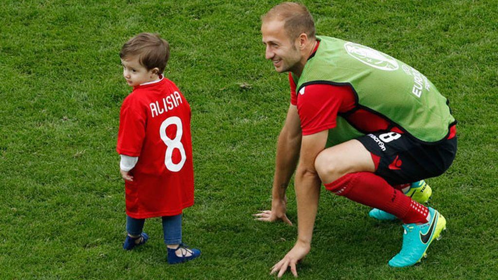 Los hijos de los jugadores saltaron al campo al finalizar el partido