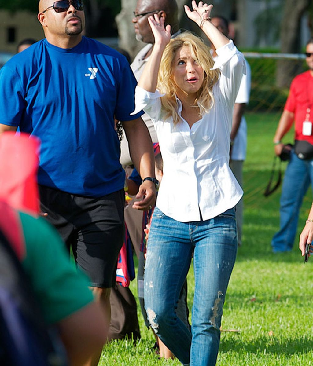 Shakira y Piqué, con los niños descalzos