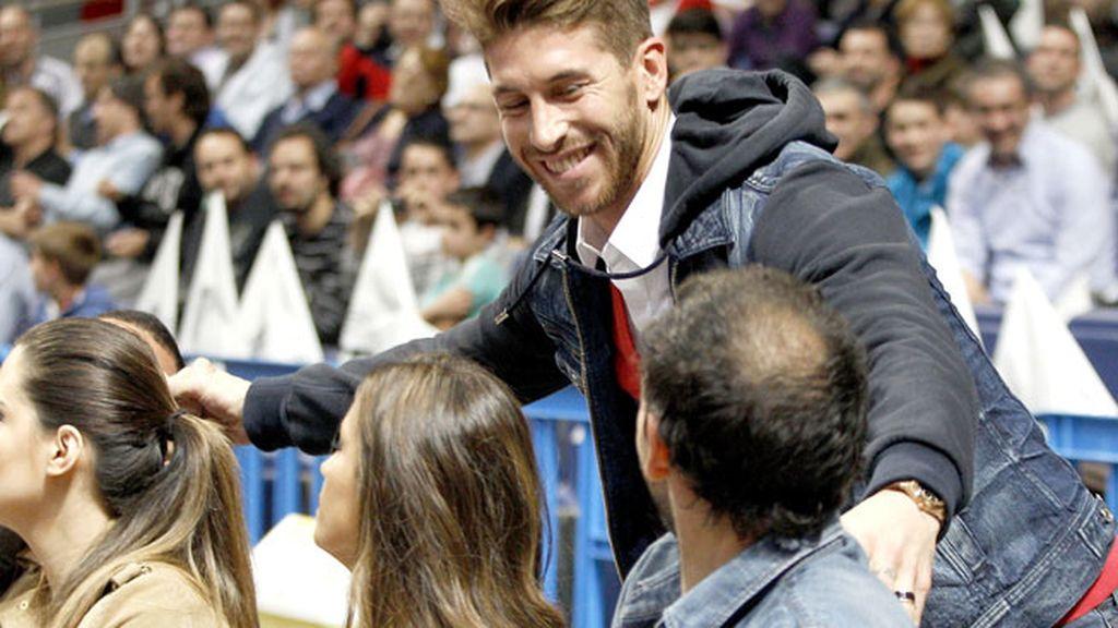 Sergio Ramos saludó a todos sus amigos al llegar