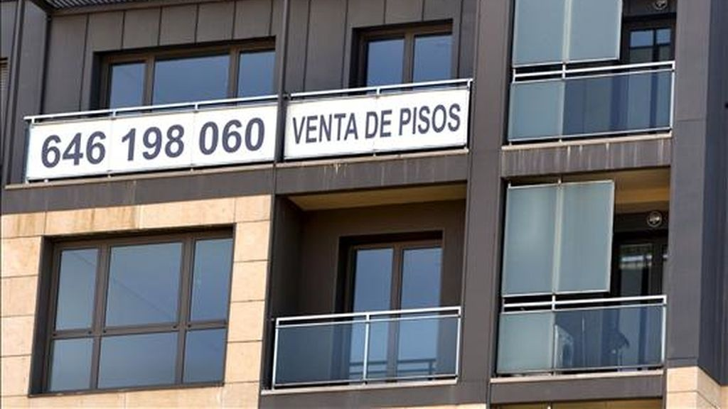 Un cartel de venta de pisos recién terminados en la fachada de un inmueble de Bilbao. EFE/Archivo