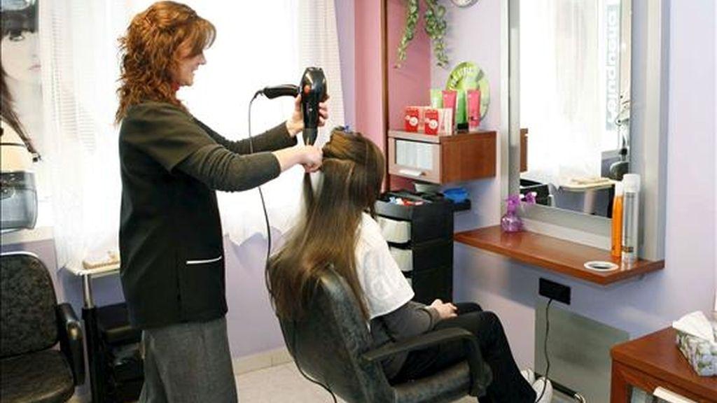 Belén Bermúdez, una peluquera de Lugo, ha puesto en marcha una imaginativa y solidaria fórmula para luchar contra el desempleo: un corte de pelo gratis para los parados y sus hijos. EFE