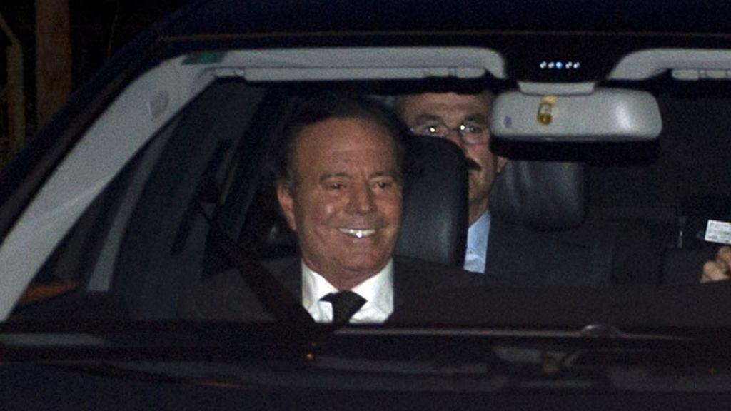 Julio Iglesias llegando a la boda de su hijo