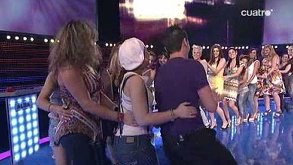 El triunfador de Elígeme saca a todas las chicas a bailar la conga