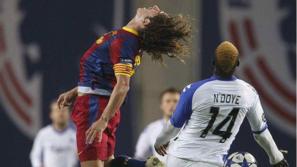 Puyol y Ndoye en el partido de Champions que enfrentaba al Barcelona y al Copenhague