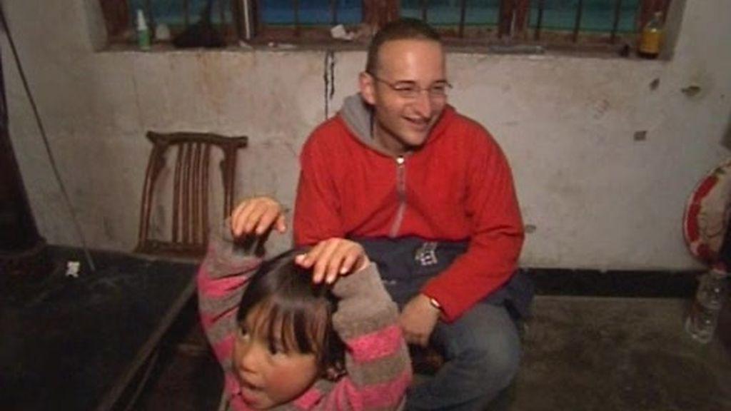 IMÁGENES INÉDITAS. Una chinita entretiene a Carles, Silvia, los juanes y a la pareja de veteranos