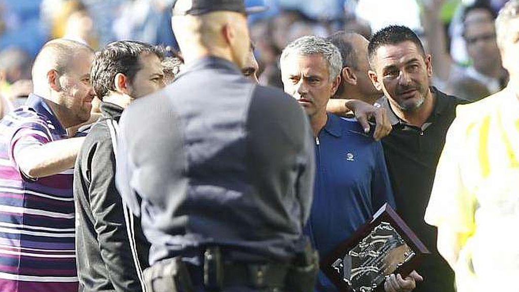 José Mourinho recibe una placa de los radicales de Ultras Sur